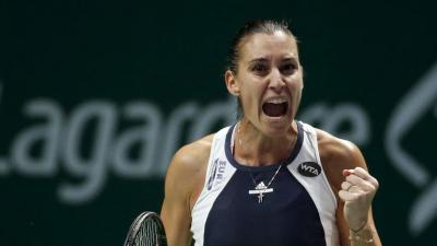 Флавия Пеннетта побеждает Агнешку Радваньску на Итоговом чемпионате WTA в Сингапуре